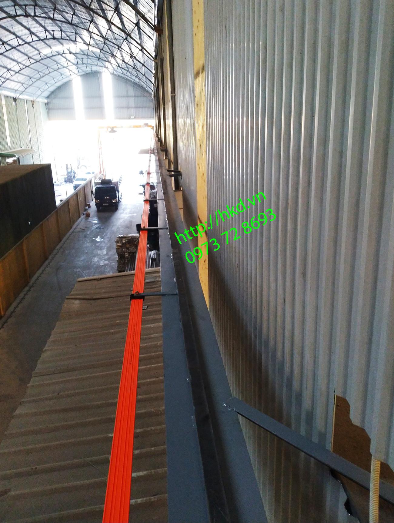 Ray đặt trên cao nhà xưởng của bán cổng trục 2 tấn