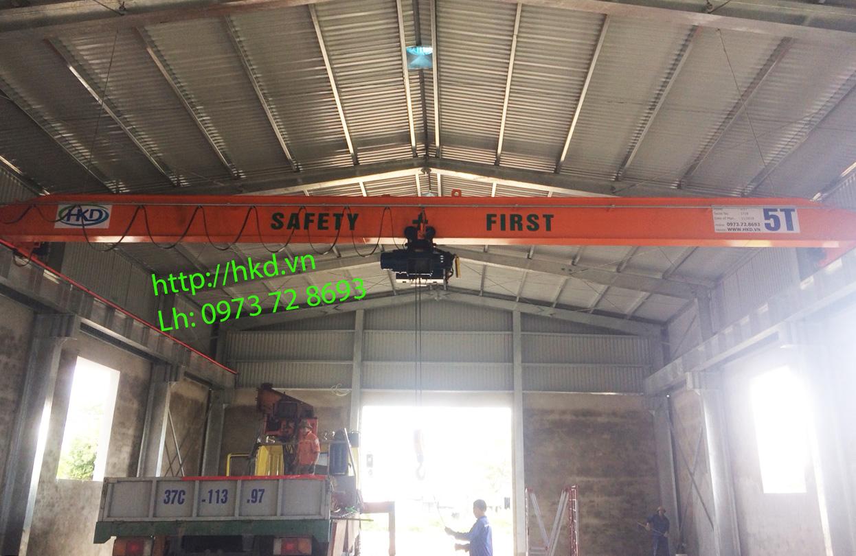 Cầu trục 5 tấn hoạt động trong nhà xưởng